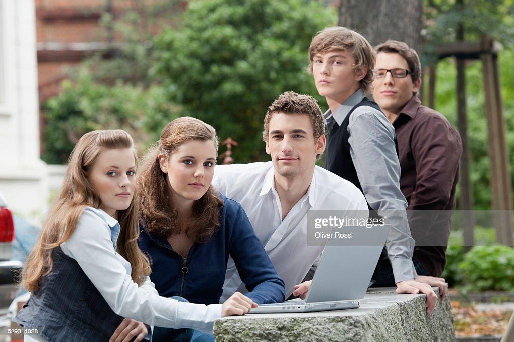 Students studying together outdoors : Foto de stock