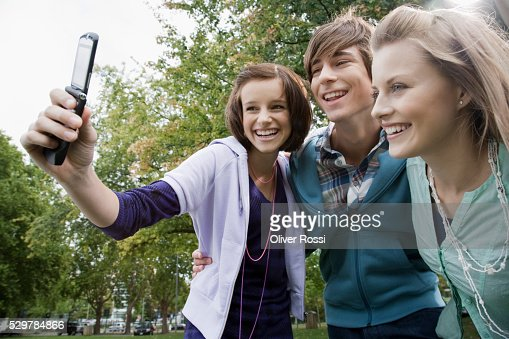 Students taking picture with camera phone : Stock-Foto