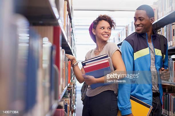 Studenten sprechen in der Bibliothek