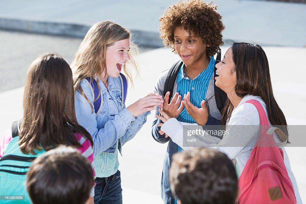 Studenten sprechen im Freien : Stock-Foto
