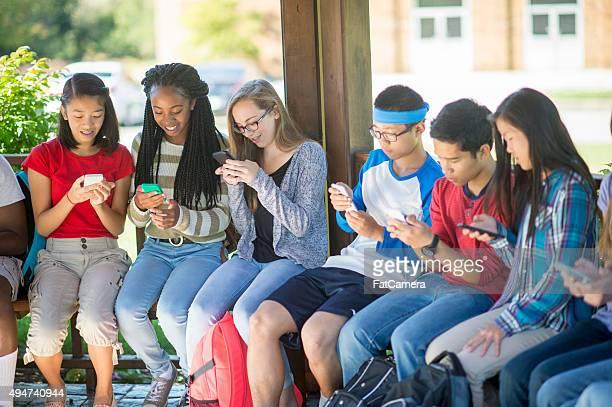 Alunos enviar mensagens de texto para os seus telemóveis