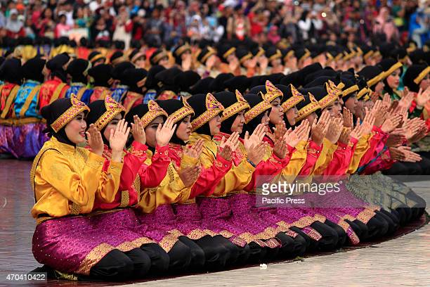 1700 students voluntarily dance the 'Saman dance' to break the record in Jakarta Indonesia Saman is one of the most popular dances in Indonesia Its...