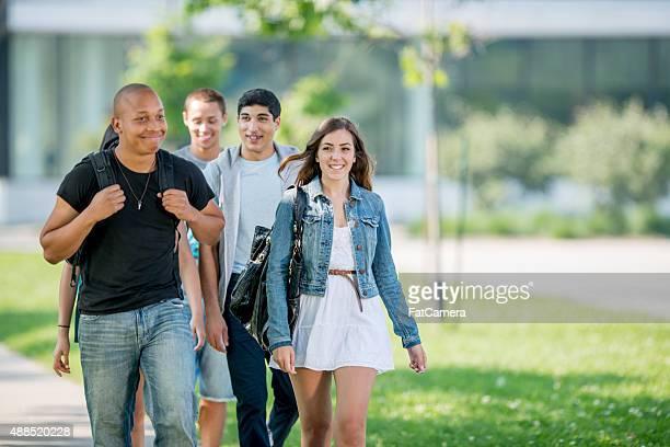 Studenten, die zu Fuß auf College-Campus