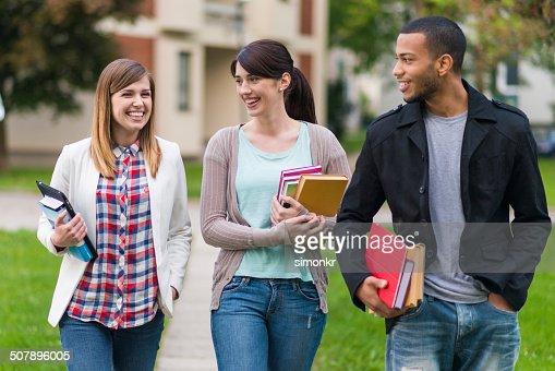 学生は、大学のウォーキング