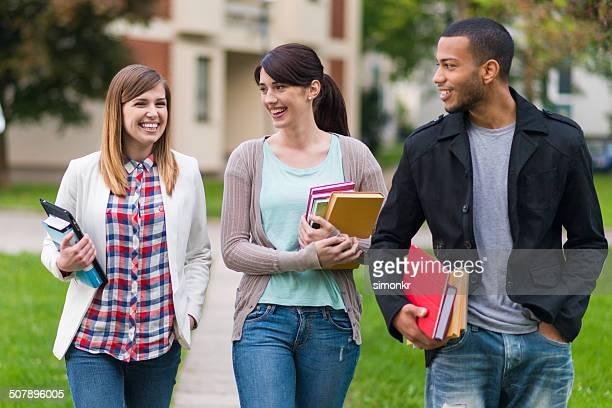 Studenten, die zu Fuß zum College