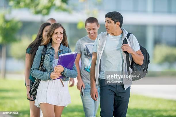 Studenten, die zu Fuß nach dem Kurs