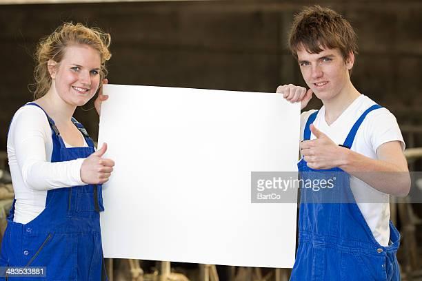 Studenten mit Plakat und Daumen hoch
