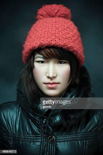 Studio mugshot von niedlichen, schönen asiatischen Mädchen im winter-Kleid.