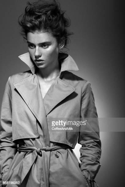 Photo de Studio de belle femme portant imperméable