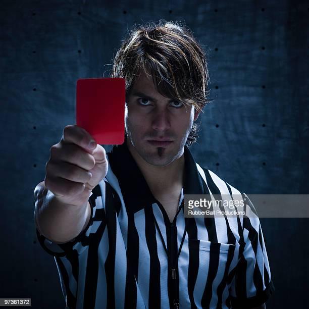 Studioaufnahme von Schiedsrichter mit roten Karte