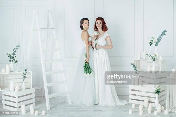 スタジオ撮影 2 つの若い美しい花嫁