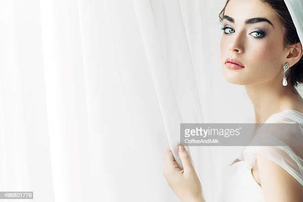 Fotografia de estúdio de jovem linda noiva