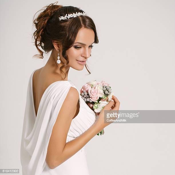 スタジオ撮影の若い美しい花嫁