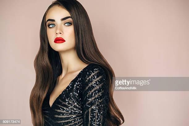 Colpo di Studio di giovane donna bellissima su sfondo chiaro