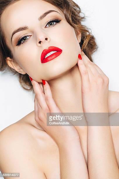 Foto de estudio del joven hermosa mujer