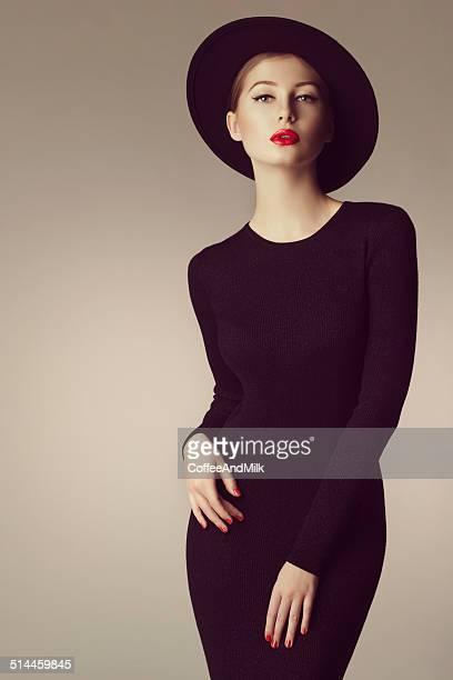 Foto de estudio del joven hermosa mujer usando sombrero retro