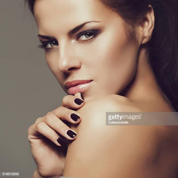 Fotografia de estúdio de jovem Mulher bonita com perfeito Estilo de cabelo