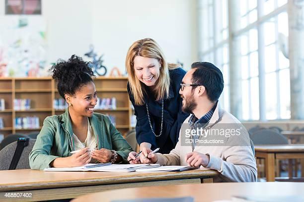 Study group, zwei multi-ethinic Erwachsene Studenten mit tutor