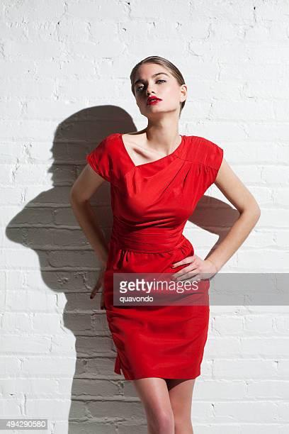 La mode modèle superbe Blonde en robe rouge