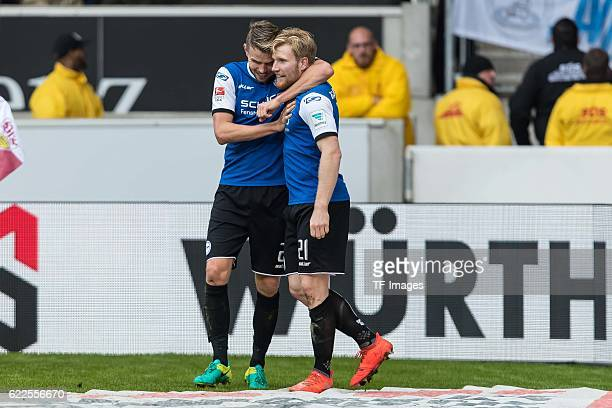 Stuttgart Deutschland 2 Bundesliga 12 Spieltag VfB Stuttgart DSC Arminia Bielefeld Sebastian Schuppan bejubelt den Torschuetzen zum 11 Andreas...
