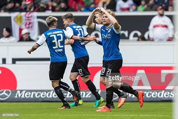 Stuttgart Deutschland 2 Bundesliga 12 Spieltag VfB Stuttgart DSC Arminia Bielefeld Jubel um den Torschuetzen zum 11 Andreas Voglsammer