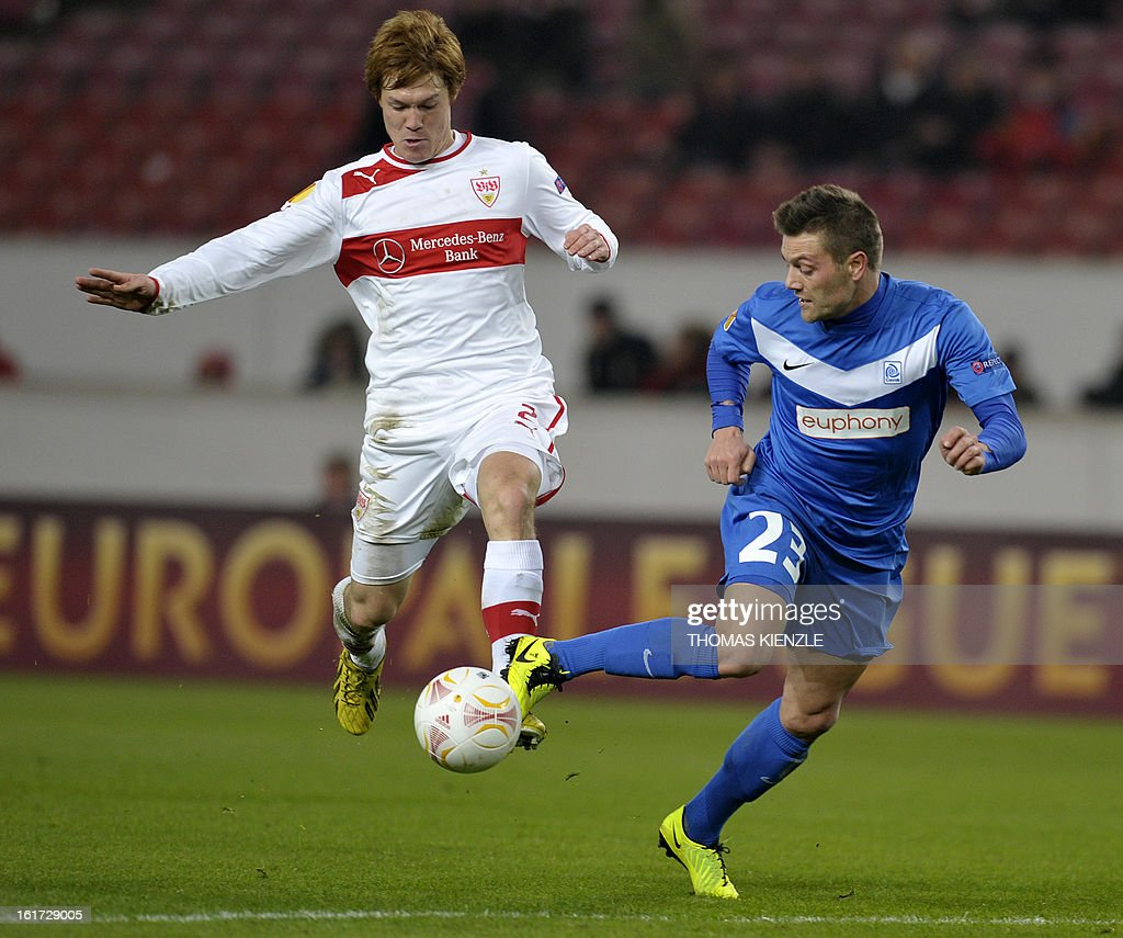 Stuttgart's Japanese defender Gotoku Sakai (L) and Genk's forward Benjamin De Ceulaer vie for the ball during the UEFA Europa League football match Stuttgart - KRC Genk on February 14, 2013 in Stuttgart, southern Germany. AFP PHOTO / THOMAS KIENZLE
