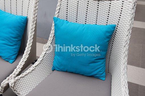 Stylische Blaue Kissen Dekorieren Rattan Sofa Outdoormobel Stock