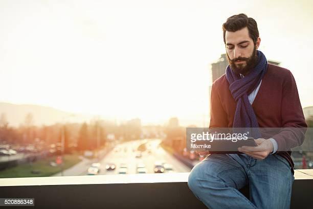 Stilvolle Mann mit Tablet