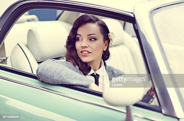 Elegante Moda retrò donna guida auto d'epoca