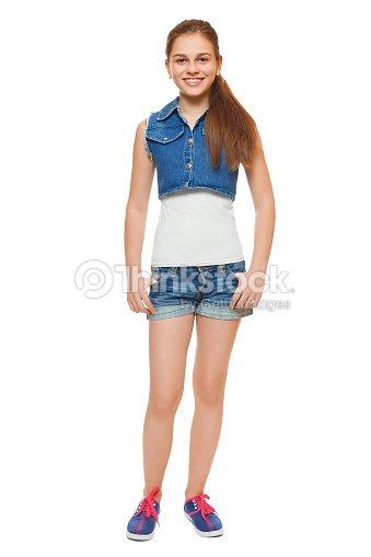 b52deaf331 Adolescente Chica elegante en un chaleco de vaqueros y pantalón corto  vaquero   Foto de stock
