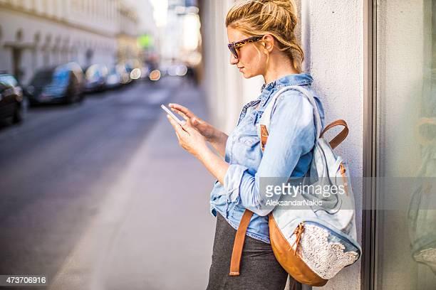 Stilvolle Frau mit einem smartphone im Freien