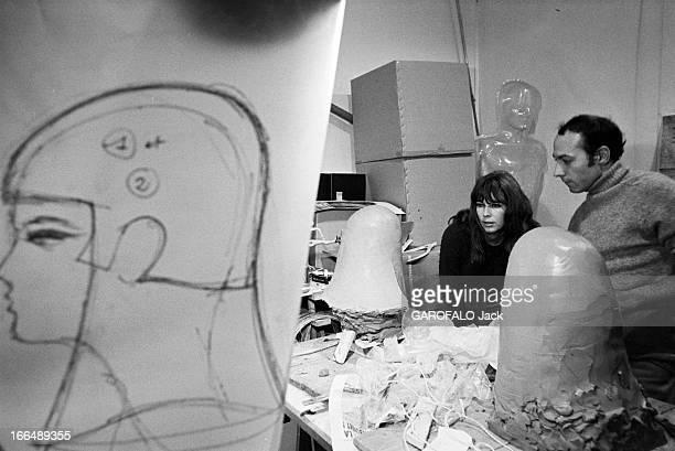 Stylist Victoire Prepares The 1967 April Ball Octobre 1967 la mannequin VICTOIRE prépare le Bal ' April in Paris' Lors des préparatifs Victoire dans...