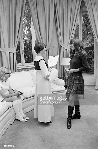 Stylist Victoire Prepares The 1967 April Ball Octobre 1967 la styliste VICTOIRE prépare le Bal ' April in Paris' Dans un salon de couture Mireille...