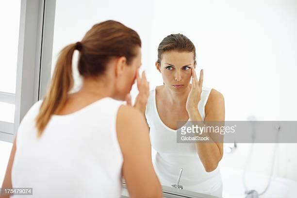 Dezente Kosmetika hinzufügen, um Ihre Schönheit
