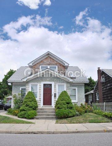 Bungalow in stile tipico suburbano casa foto stock for Piani casa bungalow in stile antico