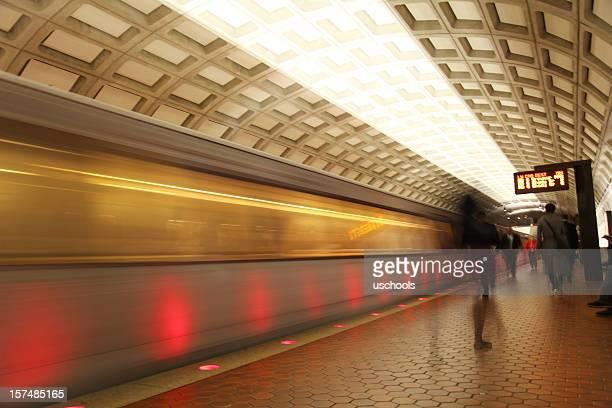 Métro Train arrivant et quittant la plate-forme, à Washington, D.C.