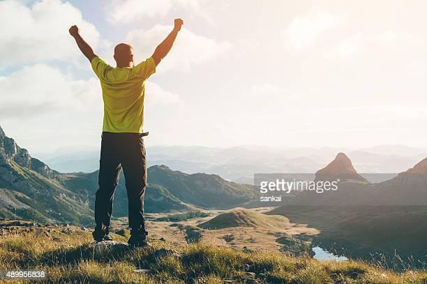 Erfolg, Freiheit-Konzept. Valley in die Berge-Landschaft.