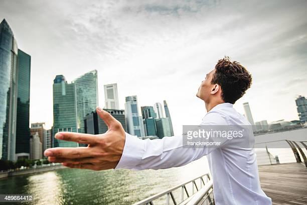 実りあるビジネスの男性の超高層ビルを背景にシンガポール