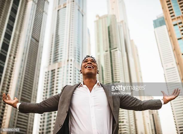 Uomo d'affari di successo contro il grattacielo