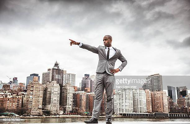 Uomo d'affari di successo guardando lontano contro lo skyline