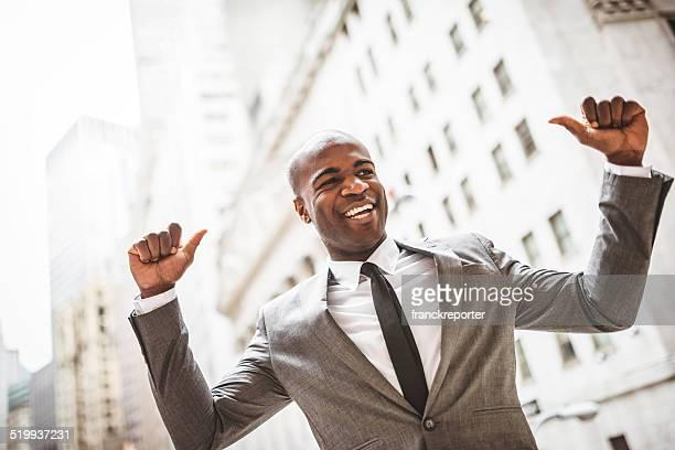 Homme d'affaires réussie avec le pouce levé