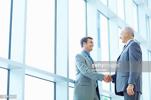 Erfolgreiche Geschäftsleuten beim Händeschütteln im Büro