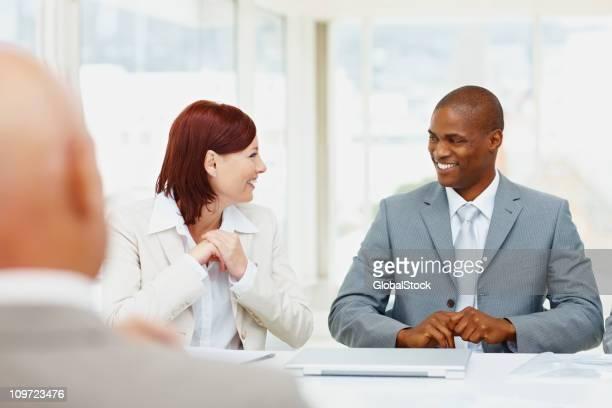 Erfolgreiche Geschäftsleute diskutieren in einer Besprechung
