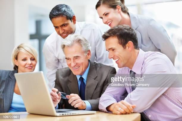 Erfolgreiche Geschäftsleute Blick auf laptop-Bildschirm in den Meetingräumen