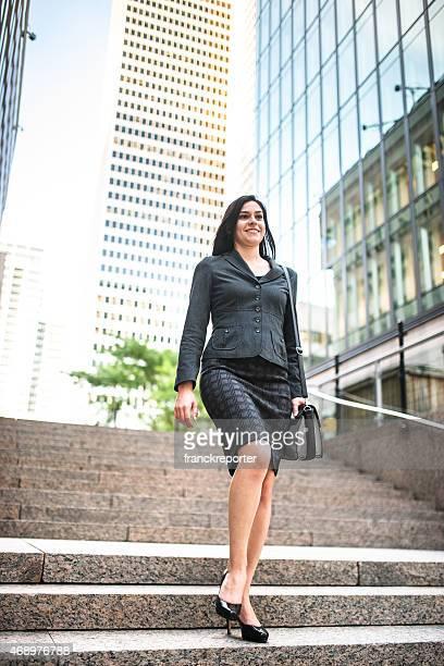 Femme d'affaires réussi se déplacer vers le bas de l'escalier