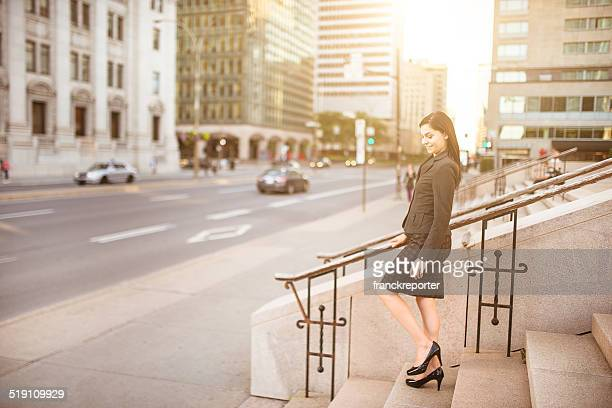 実りあるビジネス女性の街を歩く