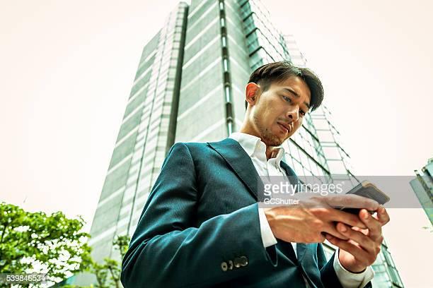 成功実業家、彼のスマートフォン