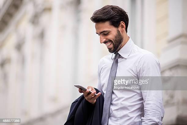 Erfolgreicher Geschäftsmann mit Handy