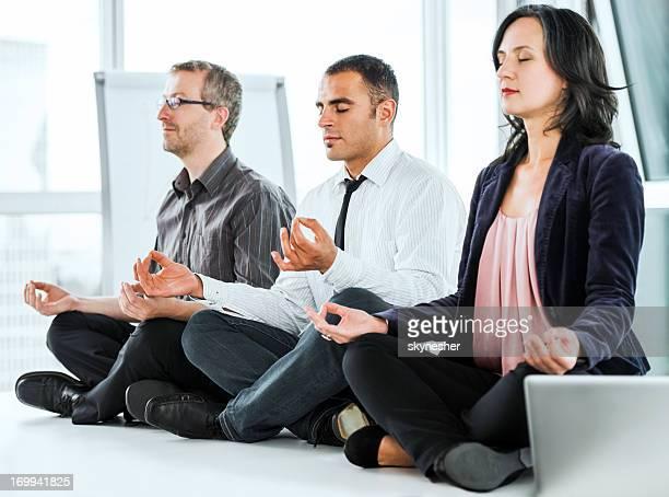 Éxito los empresarios Meditando en la oficina.