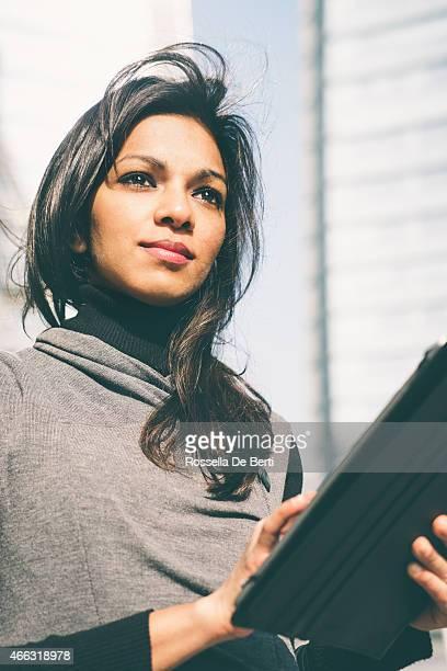 Mulher de Negócios bem sucedido, Edifício de escritórios no fundo